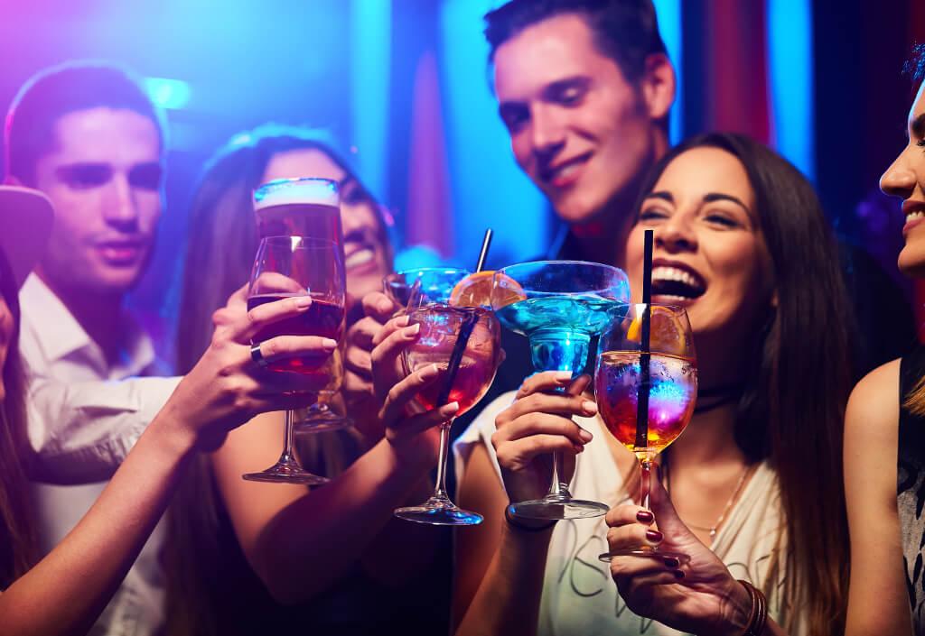 Anstossen bei Party mit Coktail