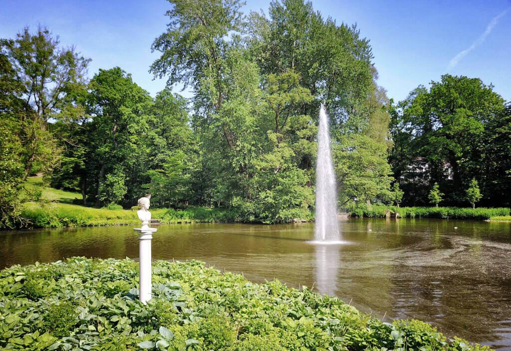 Teich mit Diotima Insel und Springbrunnen