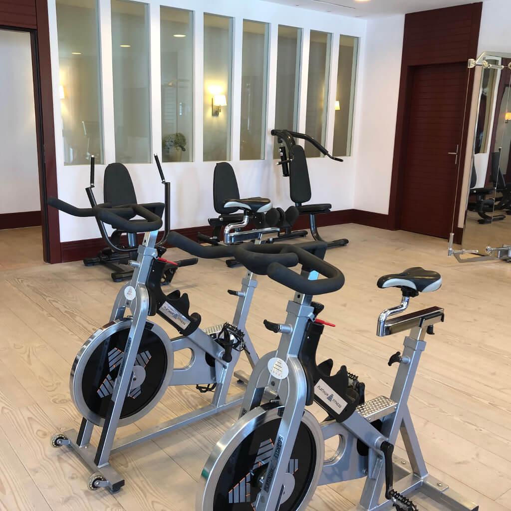 Fahrräder im Fitnessraum im Garten Spa