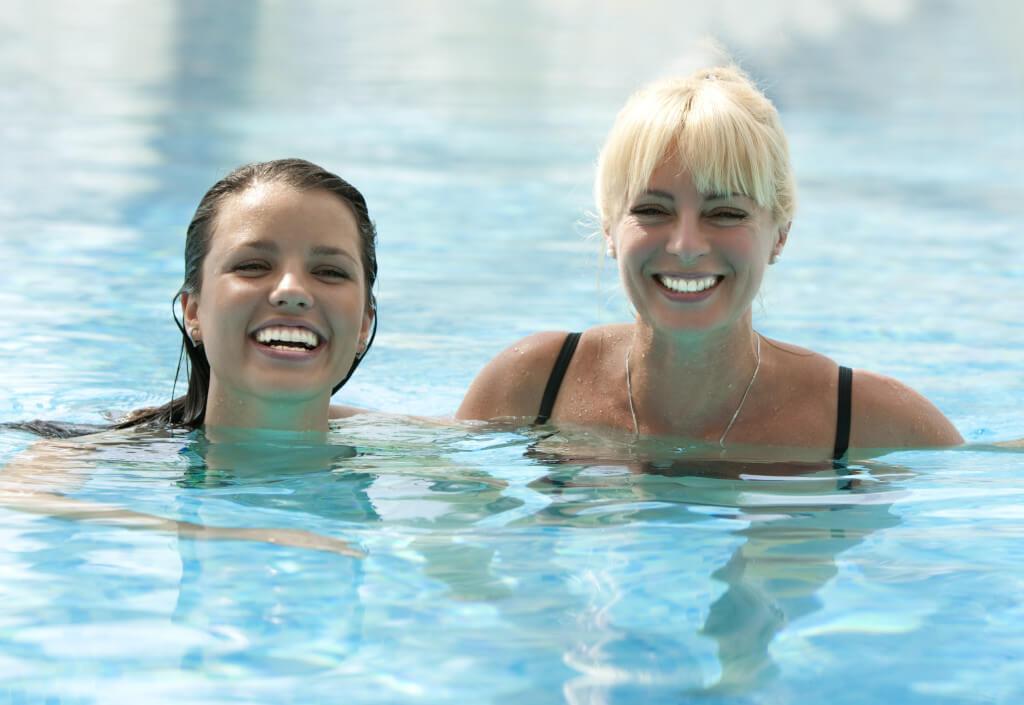 Frauen beim Schwimmen im Pool