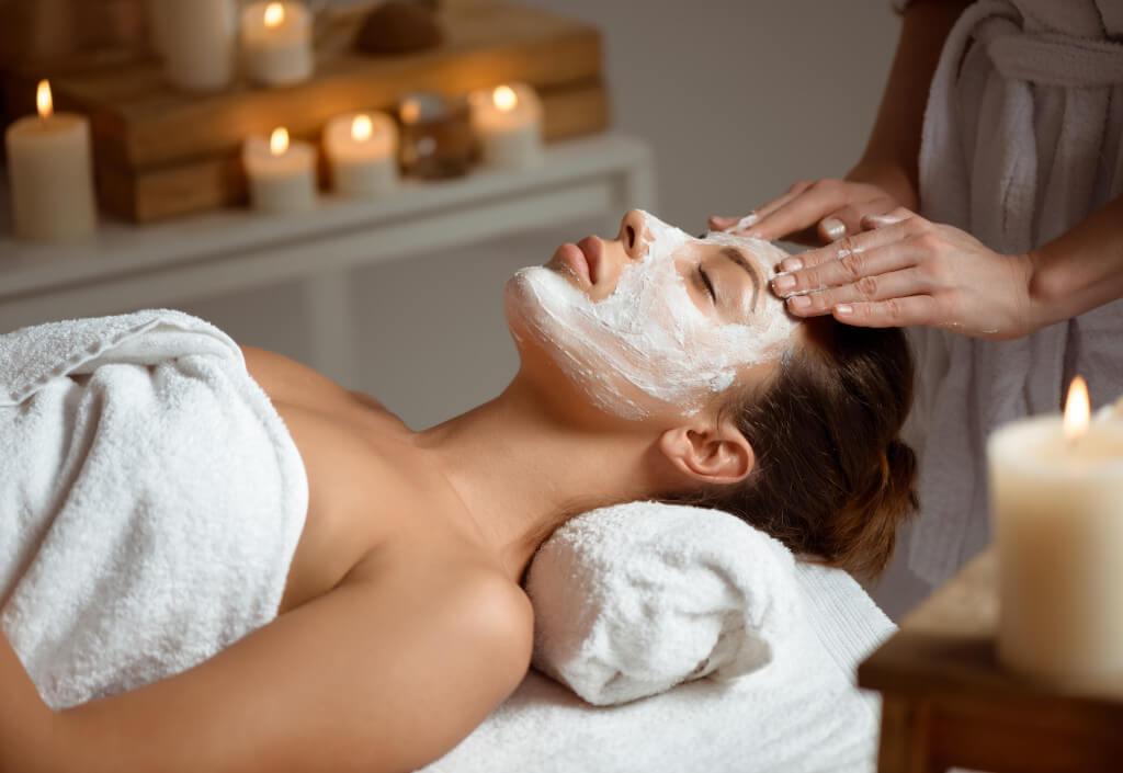 Gesichtsbehandlung Frau mit Gesichtsmaske