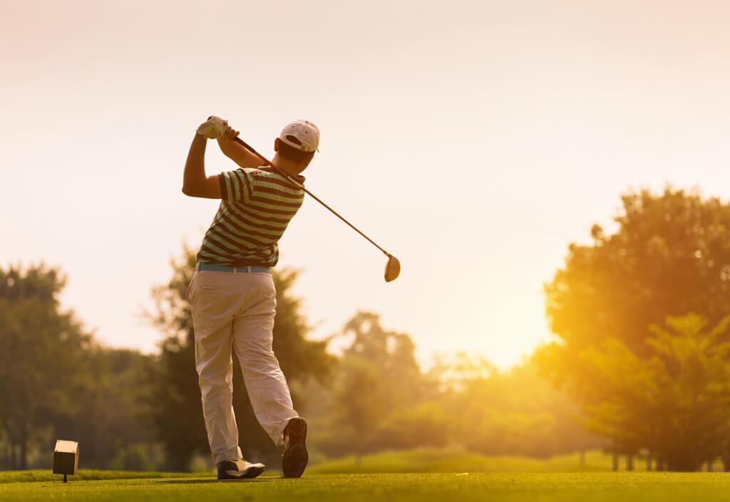 Golf bei Sonnenuntergang