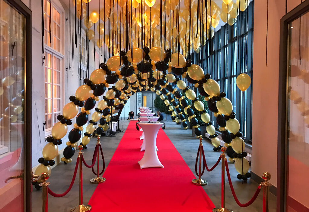 hochzeit-heirat-deko-luftballons-roter-teppich