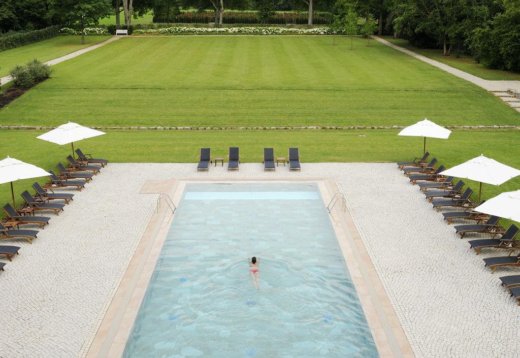 sommerferien-pool-aussen-gruenlandschaft