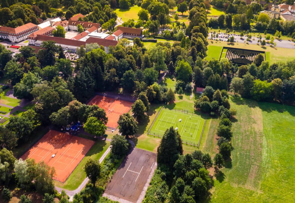 Tennis auf Rasenplatz oder Asche im Gräflichen Park Bad Driburg