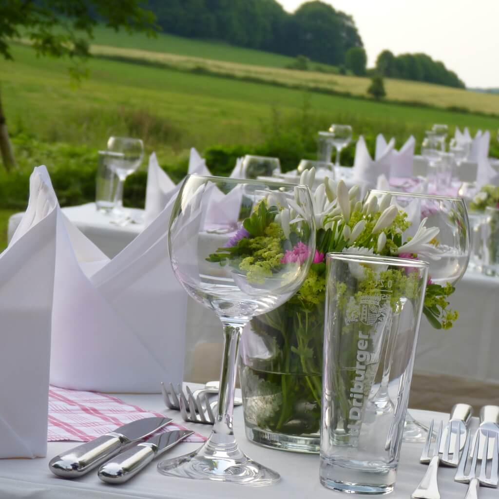 Im Freien-Tische schön gedeckt