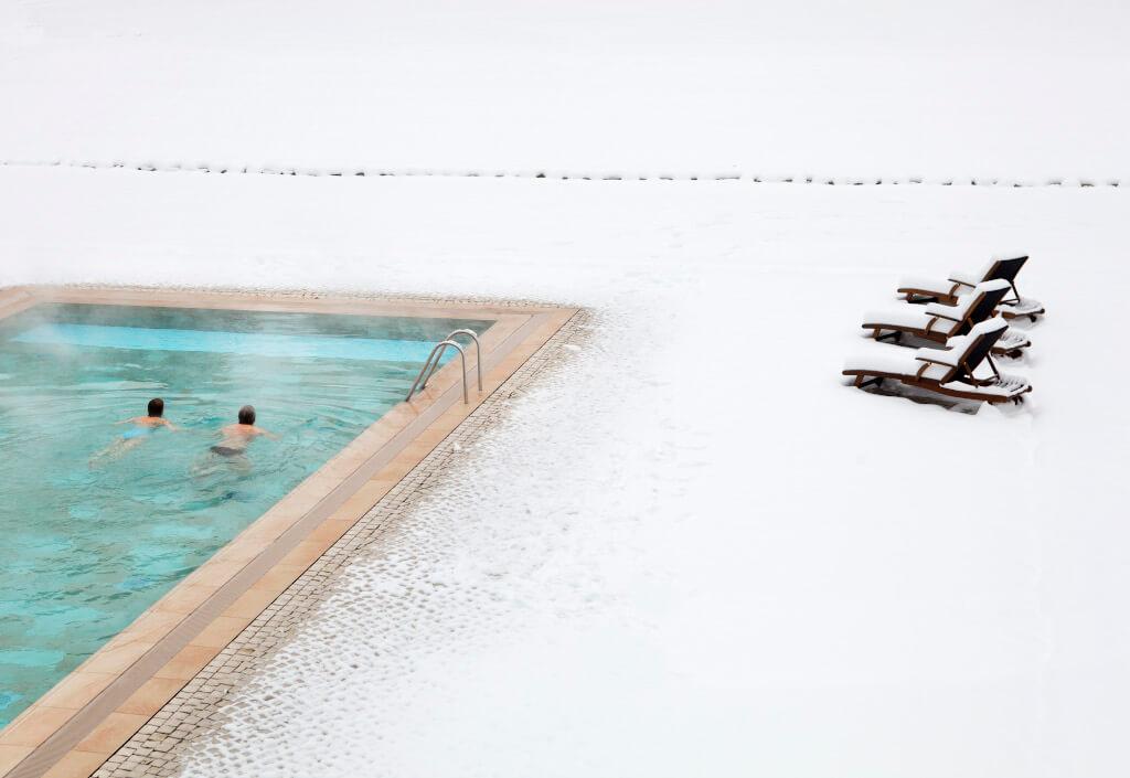 winter-schnee-aussenpool-spa-schwimmen-1024x705